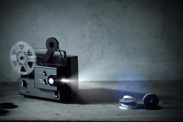 vecchio proiettore con luce drammatica