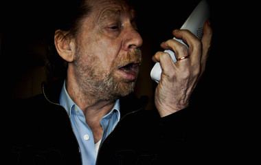 Uomo anziano urla al telefono