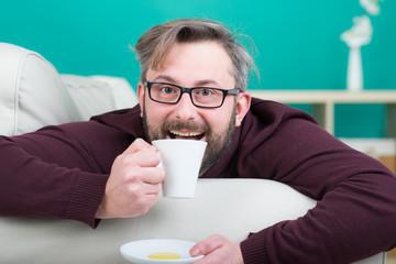 mann trinkt mit vergnügen eine tasse kaffee