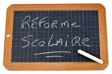 Réforme scolaire écrit sur une ardoise