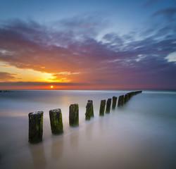 Morski pejzaż,falochron i zachód słońca
