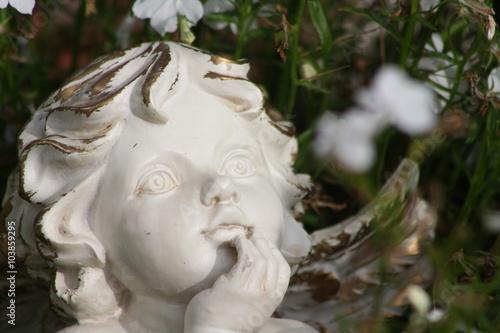 Engel Statue Figur Dekoration Garten Pflanzen Stock Photo And