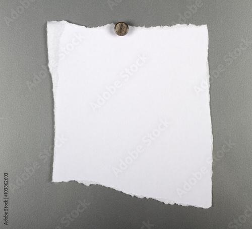 leerer wei er zettel an einer metallwand mit einem magneten befestigt stockfotos und. Black Bedroom Furniture Sets. Home Design Ideas