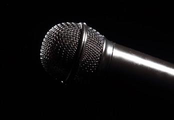 черный микрофон с красными лучами