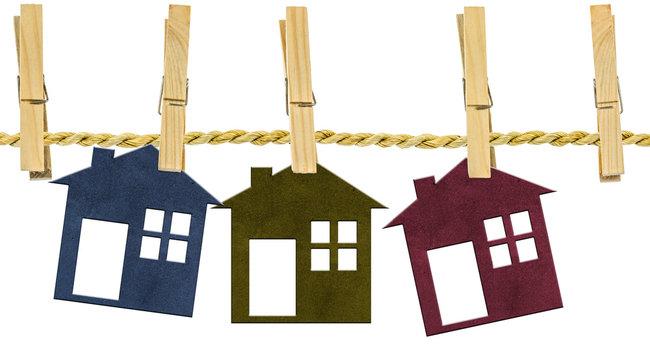 maisons sur corde à linge ficelle naturelle, fond blanc