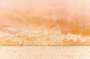 Spoed Foto op Canvas Wereldkaart Alte Haus Mauer Fassade Kaputt Marode Hintergrund mit Gehweg