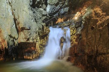 fiume sotterraneo con passerella.