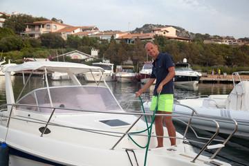 Lavaggio barca al molo