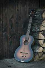 Gitarre mit Holzstapel