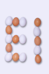Met witte en bruine eieren het woord 'EI' ( = Nederlands voor egg )