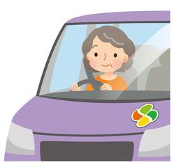車の運転をする高齢者 女性