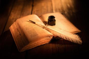 Obraz libro antico con penna e calamaio - fototapety do salonu