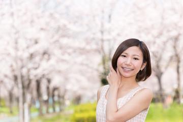 満開の桜と笑顔の女性(桜ノ宮公園)