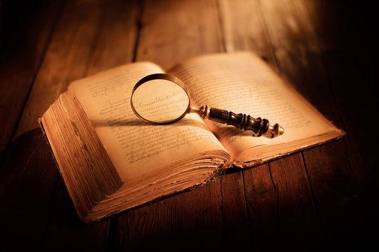 libro antico con lente d'ingrandimento