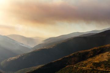 Montes, valle y cielo cubiertos de humo en el incendio forestal de Corporales, León.