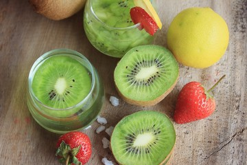 juice kiwifruit with strawberry
