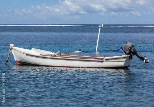 barque pirogue avec moteur hors bord bassin pirogue l 39 etang sal r union photo libre de. Black Bedroom Furniture Sets. Home Design Ideas
