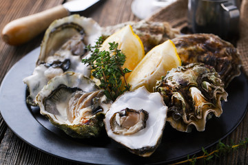 Photo sur Plexiglas Coquillage Fresh Oysters in shell with lemon
