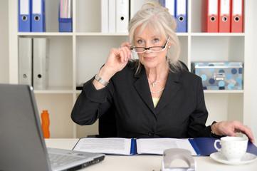 Attraktive ältere Geschäftsfrau im Büro