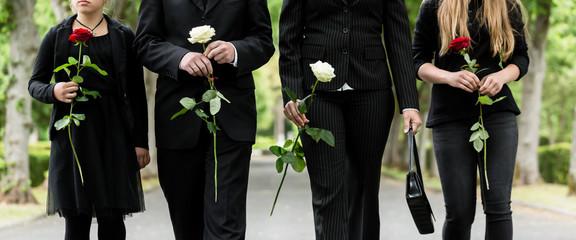 Torso von Familie auf dem Friedhof in Trauer
