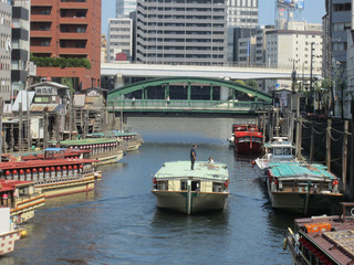 東京スカイツリー 隅田川越しに東京スカイツリーを眺めると観光船が通り過ぎる。