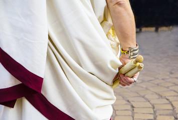 antico romano con rotoli di pergamena
