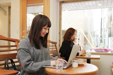 カフェでPCを使う女性