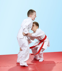 With a red belt athlete does capture the leg