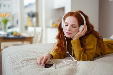 frau entspannt bei guter musik