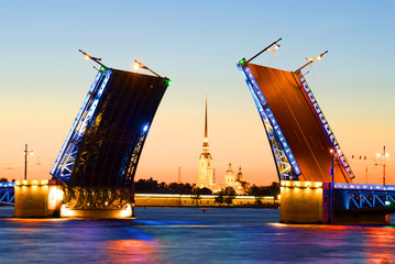Петропавловский собор в створе разведенного Дворцового моста белой ночью. Санкт-Петербург