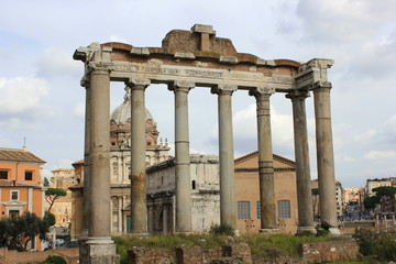 Blick auf die Säulen des Saturntempel im Forum Romanum in Rom (Italien)