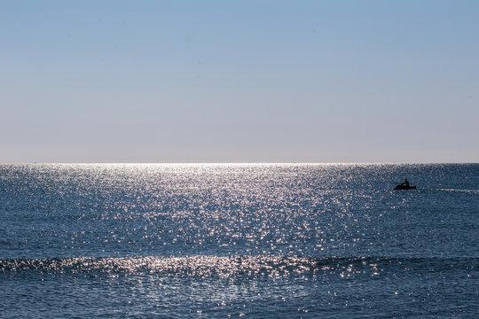 Einsamer Jetski auf dem weiten Meer