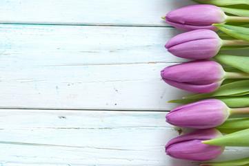 Fototapete - Purple tulips on wooden background