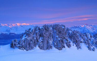 Fotomurales - Rock formation on mountain range in French Alps during a colorful sunset.