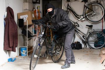 dieb stiehlt fahrrad aus garage