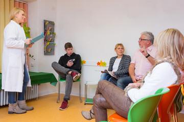 patienten lassen sich im wartezimmer aufrufen