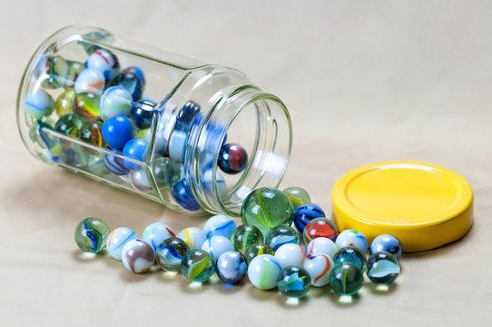 Collezione di palline di vetro, in vaso di vetro