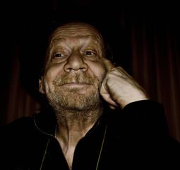 Uomo anziano, smorfia