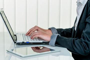 Frau im Büro mit Laptop Com puter