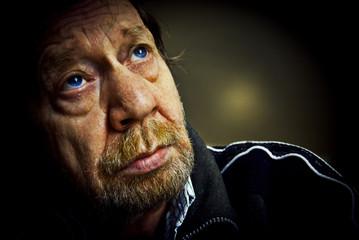 Uomo anziano, sguardo triste, pensieroso