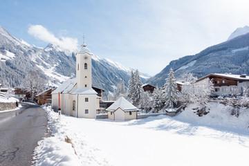 verschneites tiroler Bergdorf