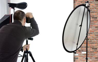Fotograf in Fotostudio mit Freiraum für Model, Montage oder Bildmontage