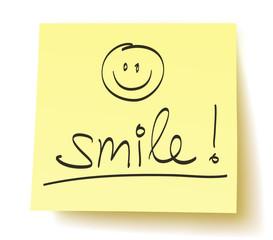 """Quadratisches Postit mit der Aufschrift: """"Lächle!"""" und gezeichnetem Smiley – handschriftlich, Vektor, freigestellt"""