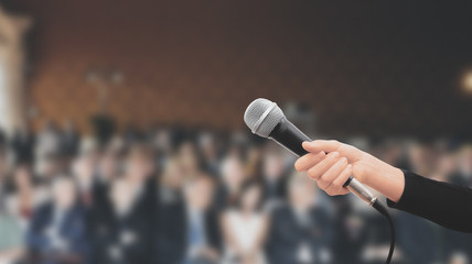 Microfono tenuto in mano conferenza