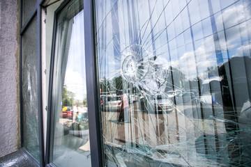 Obraz broken glass window  - fototapety do salonu