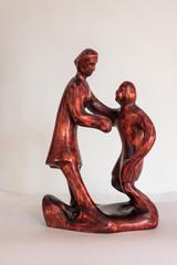 Mutter und Kind als Holz-Skulptur