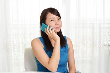 スマートフォンで通話中の女性