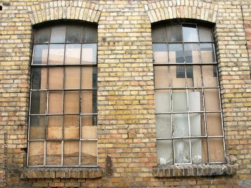 Fabrikfenster eines Lagergebäudes in der alten Heyne Fabrik in ...