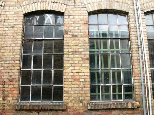 Vergilbte Fenster in der Backsteinfassade eines alten Gebäudes in ...