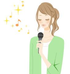 カラオケ 笑顔で歌う女性 リラックス